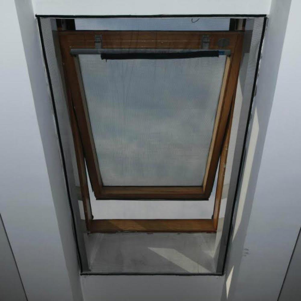 Zanzariera per finestra velux 120x140 apribile con zip for Oscuranti per finestre velux